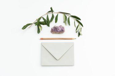 結婚式延期後の招待状再送付のコツ/文面例は?安く抑えるには?