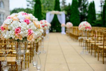 コロナで結婚式延期した花嫁の体験談/ゲストの反応は?延期リスクを抑えるコツ